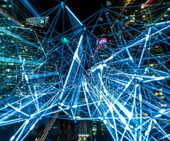 Abstraktes Netz aus blauen Pfaden vor der Kulisse einer Stadt.